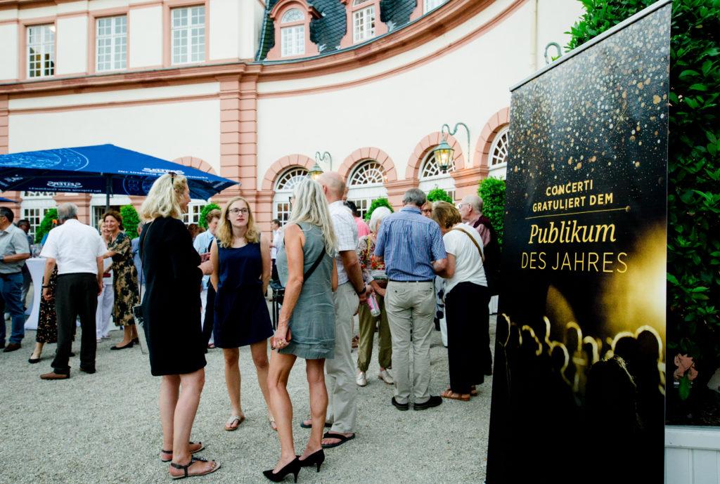Gewinnerpublikum vor Schlosskulisse © Ute Laux