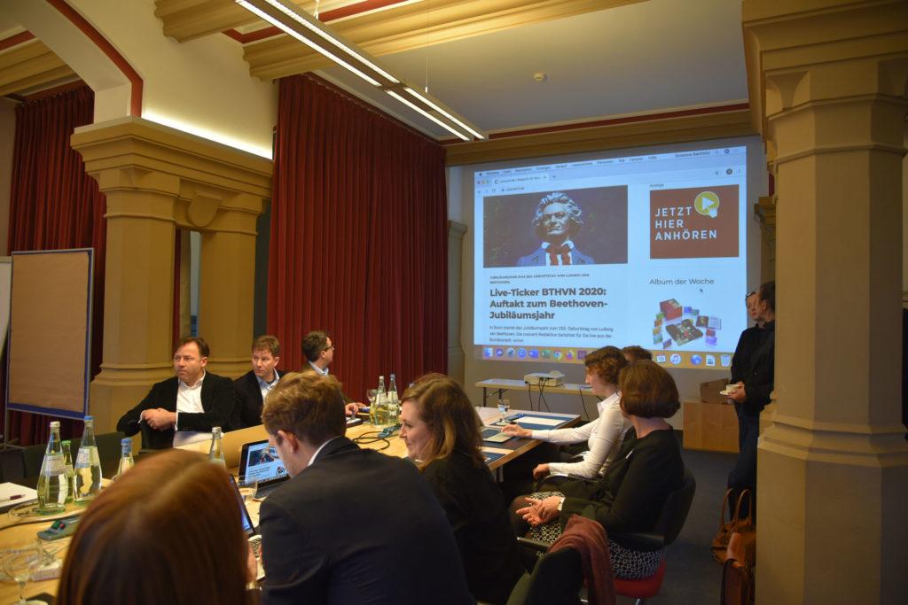 Blick in die vorübergehende concerti-Redaktion im Hotel Collegium Leoninum in Bonn © concerti